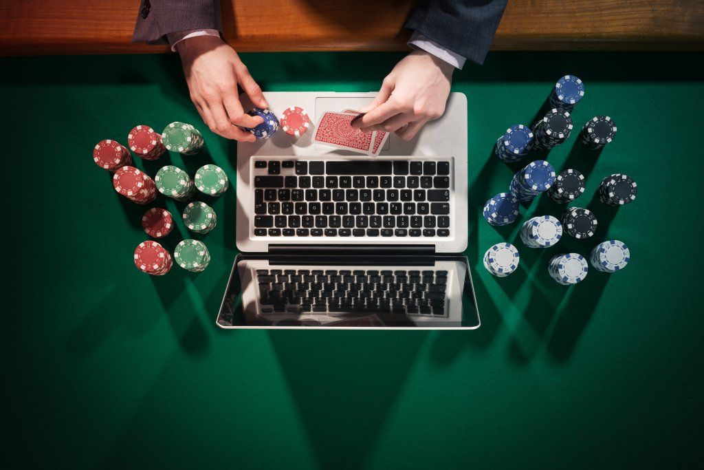 What are the different types of poker chips sets?